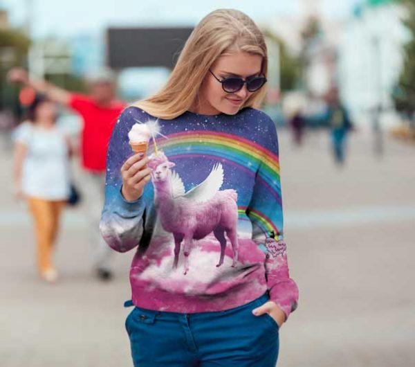 Swag lama foute trui, niet voor niets de meest foute trui ter wereld. de lama heeft een eenhoorn snapback op en er is een regenboog