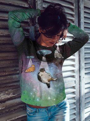 deze dikke kat wordt opgezogen op deze galaxyprint foute trui